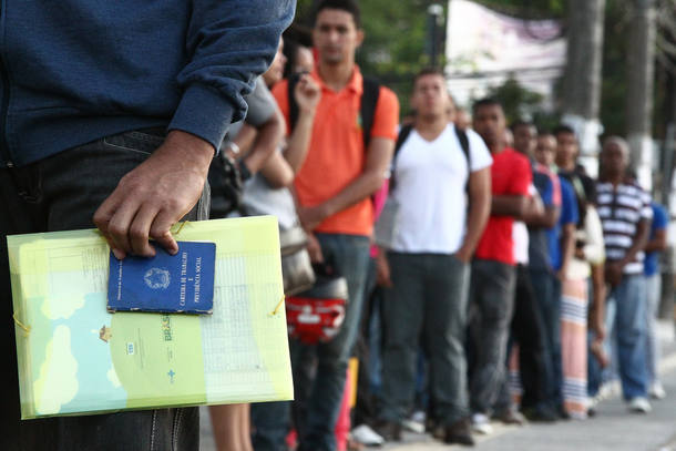 MF SALVADOR/BA - 08/06/2016 - ESPECIAL / CRISE / DESEMPREGO - ECONOMIA - Homens e mulheres as 6 horas da manhã, na fila do posto central do SINEBAHIA, para dar entrada no seguro desemprego e consulta por vaga de trabalho, na cidade de Salvador. FOTO: MÁRCIO FERNANDES/ESTADÃO